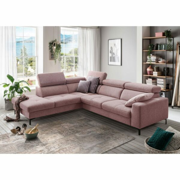 set one by Musterring SO 1300 Sofa mit Bezug in Pastel Violet und Ottomane links im Milieu.