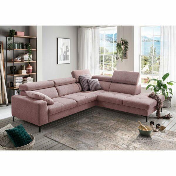 set one by Musterring SO 1300 Sofa mit Bezug in Pastel Violet und Ottomane rechts im Milieu.