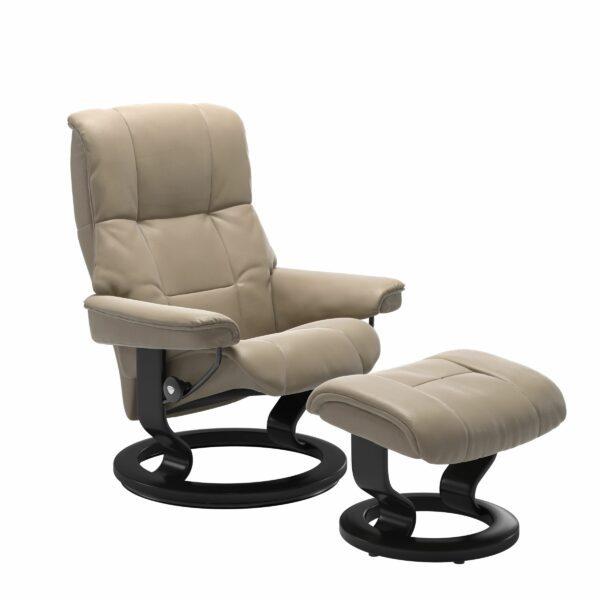 Stressless Mayfair Sessel mit Hocker – Bezug aus Leder Cori Fog mit Classic Untergestell in der Holzfarbe Schwarz