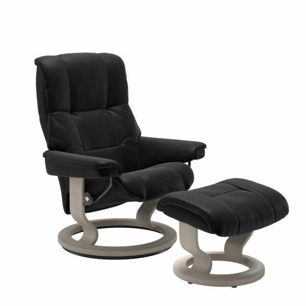 Stressless Mayfair Sessel mit Hocker – Bezug aus Leder Batick Black mit Classic Untergestell in der Holzfarbe Whitewash