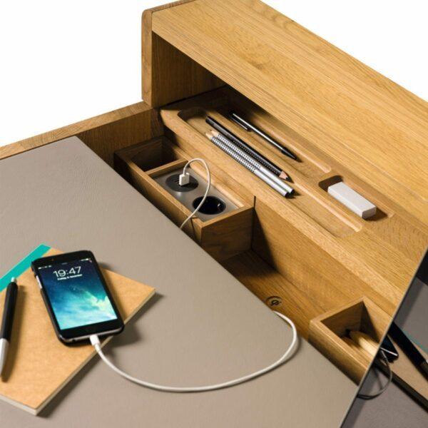 Team 7 Sol Sekretär in Eiche natur mit Leder Origon mittelgrau zeigt USB-Anschluss geöffnet.