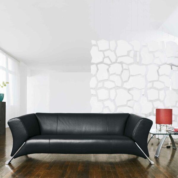 Rolf Benz 322 Sofa mit schwarzem Lederbezug im Milieu.