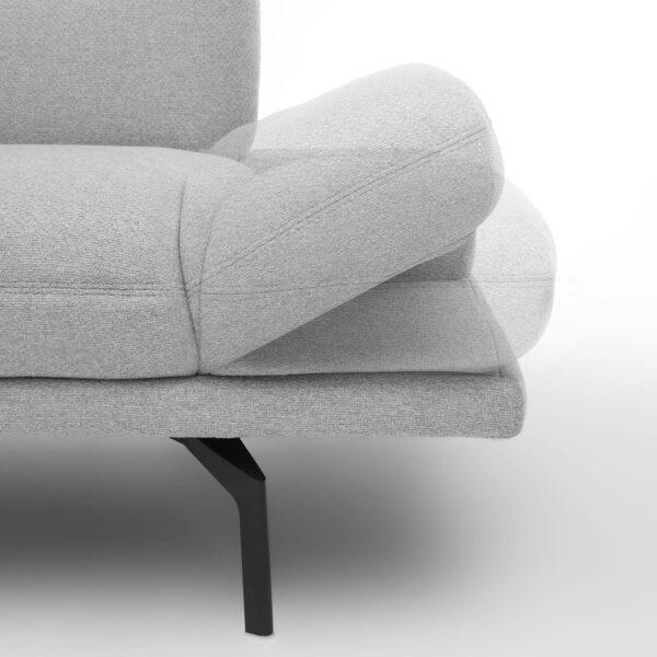 Trendstore Pamelia 2-Sitzer oder 3-Sitzer Sofa in Silber. Detailansicht der verstellbaren Armlehne.