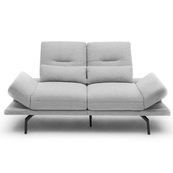 Trendstore Pamelia 2-Sitzer Sofa mit Bezug Portofino in Silber in frontaler Ansicht mit hochgeklappten Armlehnen.