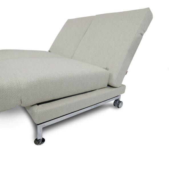 Brühl Moule medium 2-Sitzer Sofa mit Rollen in Detailansicht.