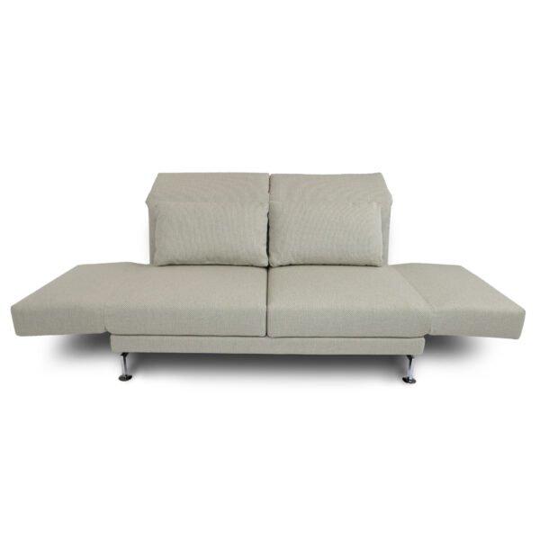 Brühl Moule medium 2-Sitzer Sofa mit klappbaren Armlehnen in Frontalansicht.
