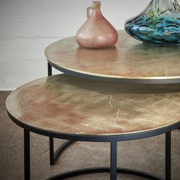 Contur Einrichten Asher 2er Satztisch mit Tischplatte aus Aluminium in Detailansicht.