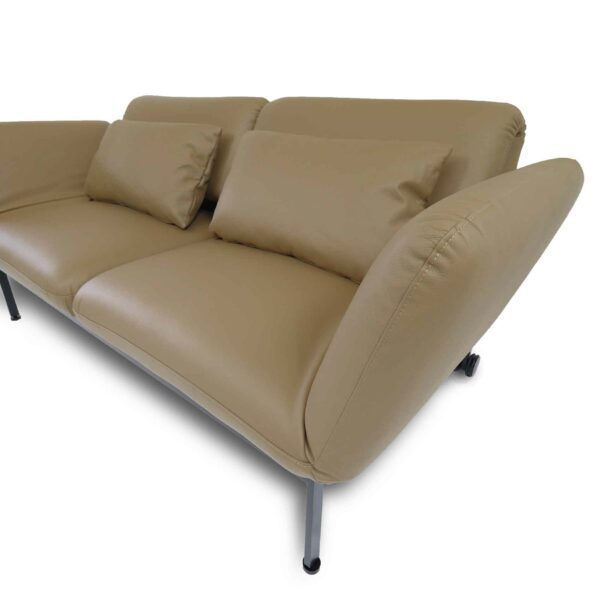 Brühl roro Sofa mit Anilienlederbezug in Jumbo Beige zeigt Armlehne im Detail.