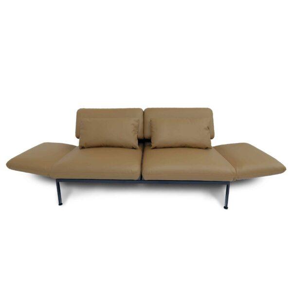 Brühl roro Sofa mit Anilienlederbezug in Jumbo Beige zeigt Armteilverstellung.