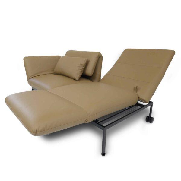 Brühl roro Sofa mit Anilienlederbezug in Jumbo Beige zeigt Dreh- und Relaxfunktion seitlich.