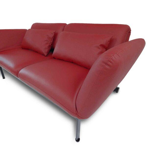 Brühl roro Sofa mit Anilienlederbezug in Jumbo Rot zeigt Armlehne im Detail.