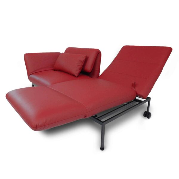 Brühl roro Sofa mit Anilienlederbezug in Jumbo Rot zeigt Dreh- und Relaxfunktion seitlich.