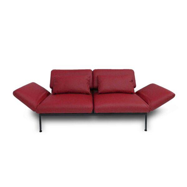 Brühl roro Sofa mit Anilienlederbezug in Jumbo Rot in frontaler Ansicht.
