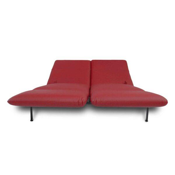 Brühl roro Sofa mit Anilienlederbezug in Jumbo Rot zeigt Liegefunktion frontal.