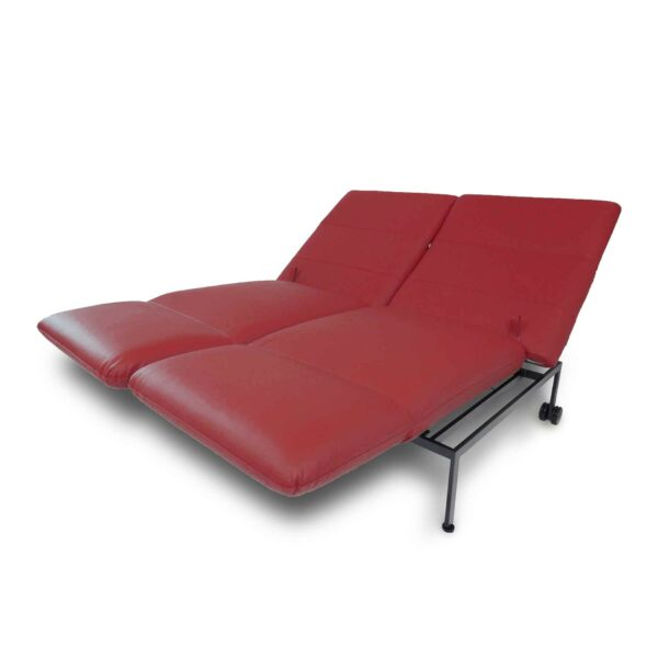 Brühl roro Sofa mit Anilienlederbezug in Jumbo Rot zeigt Liegefunktion seitlich.