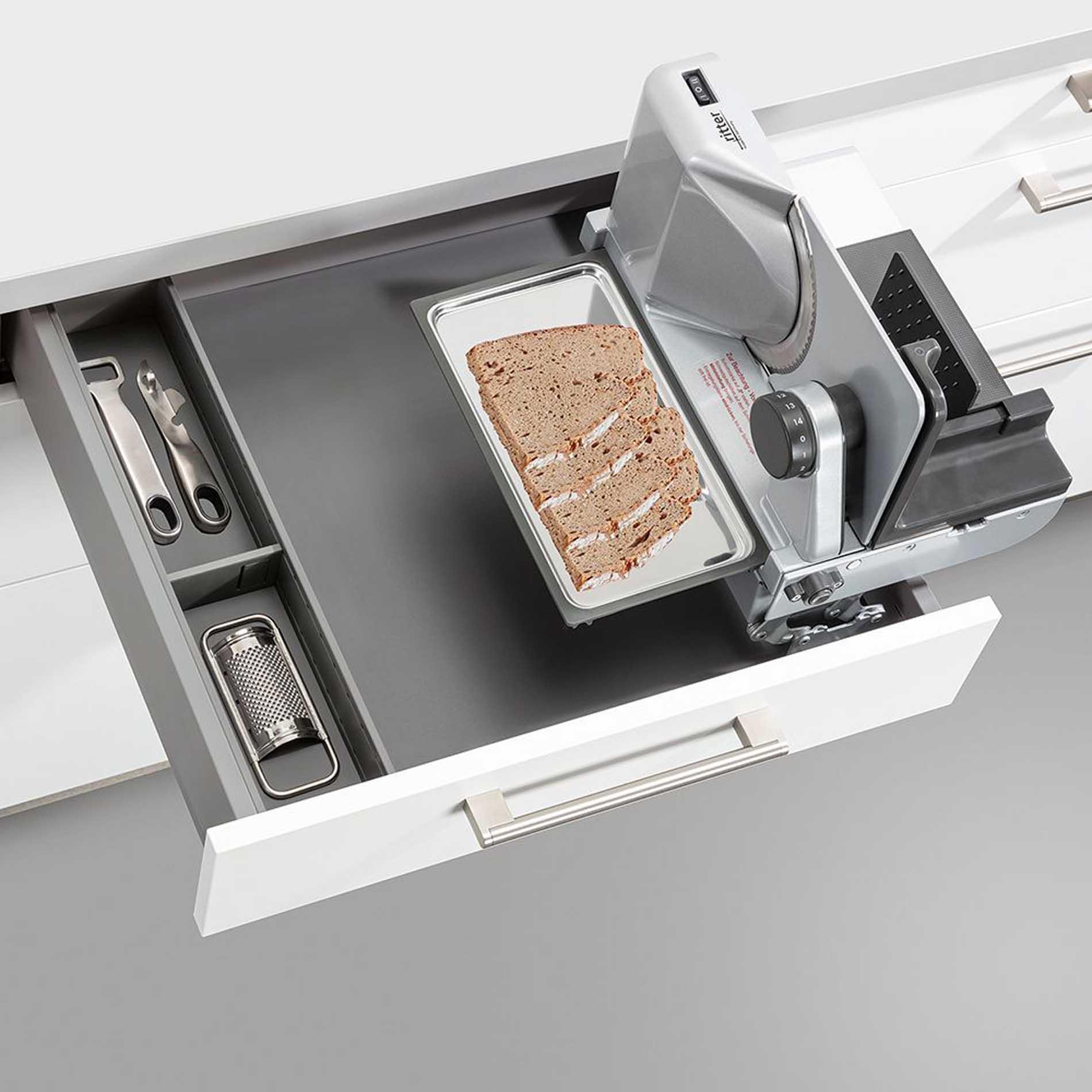 Schüller Küchen: Schubkasten mit integriertem Allesschneider
