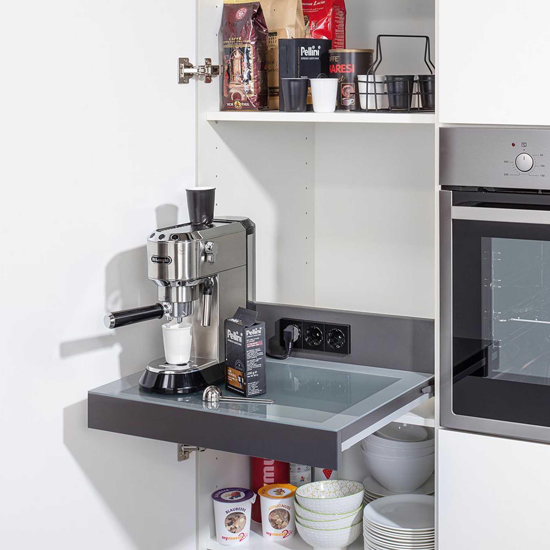 Schüller Küchen: Kaffeemaschine immer griffbereit