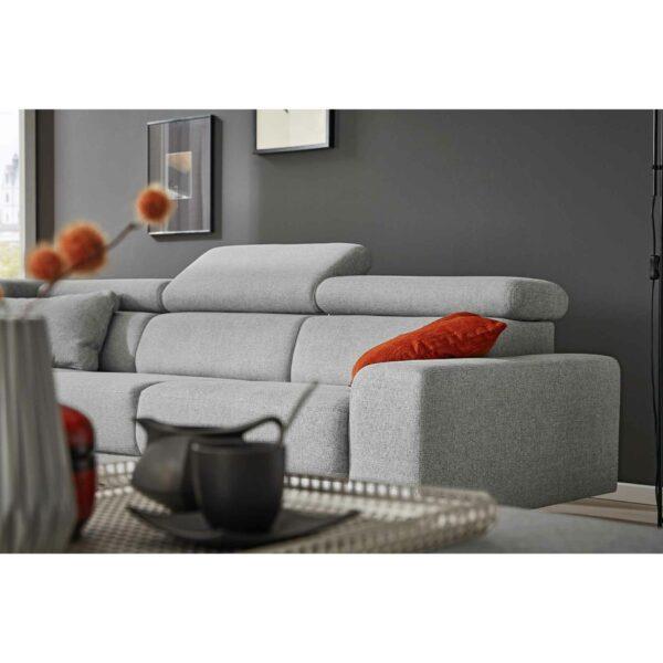 Musterring 4510 Sofa mit Bezug in Light Grey als Wohnbeispiel.