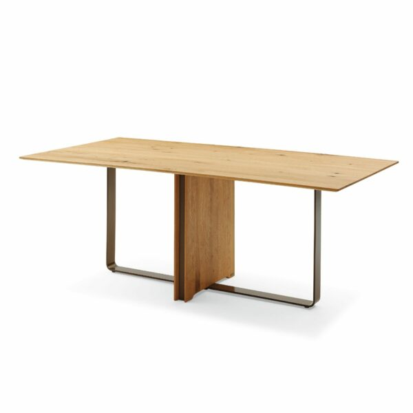 Musterring T2050 Esstisch mit einer Massivholztischplatte aus Charaktereiche geölt und einem Metallbügelgestell in Bronze pulverbeschichtet.