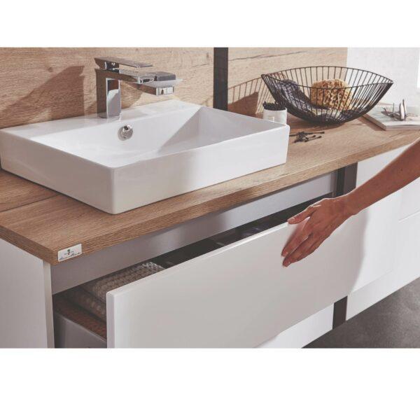 puris Modern life Badprogramm in Weiß und Eiche Dekor zeigt Nahaufnahme von Waschtisch.