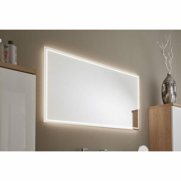 Puris Varido Badprogramm zeigt Nahaufnahme von Flächenspiegel mit Beleuchtung.