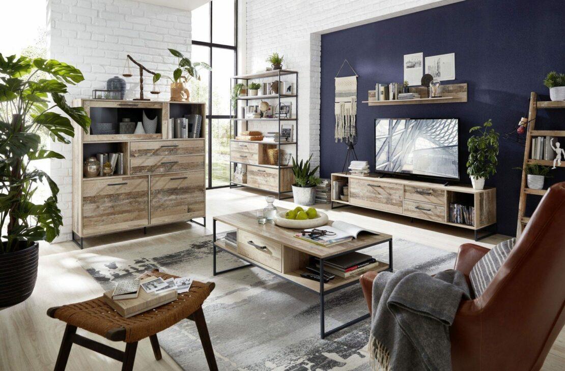 Modernes Wohnzimmer mit offenen Möbeln aus Holz