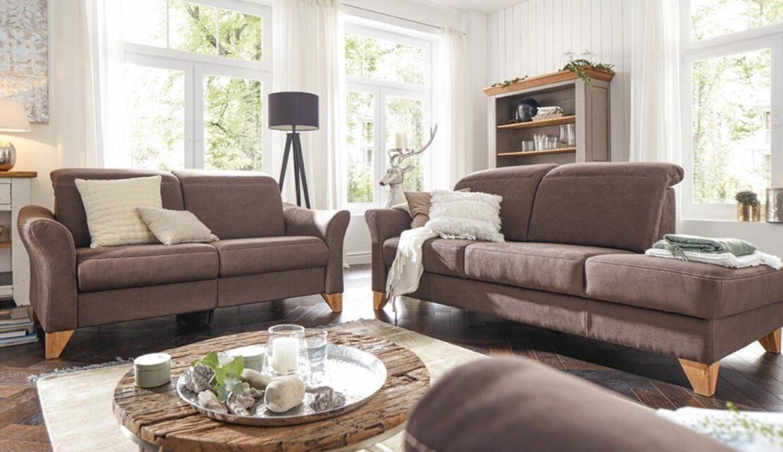 Helles Wohnzimmer mit braunen Sofas