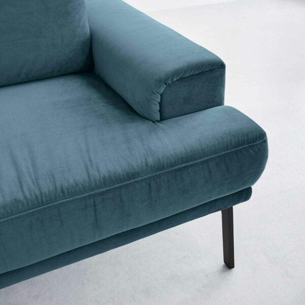 Musterring MR 4580 Sofa mit Bezug Velvet blue-grey zeigt Armlehne in Nahansicht.