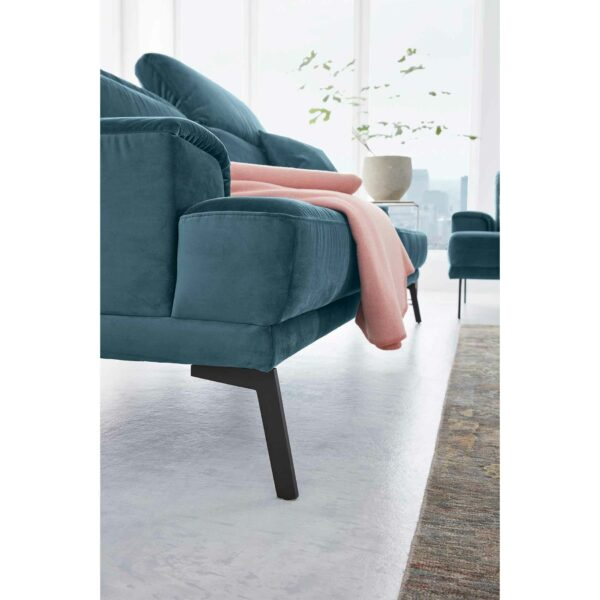Musterring MR 4580 Sofa mit Bezug Velvet blue-grey zeigt Gestell in Nahansicht.