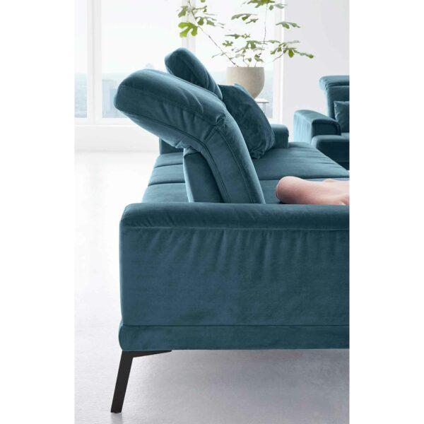 Musterring MR 4580 Sofa mit Bezug Velvet blue-grey zeigt Kopfteilverstellung als Wohnbeispiel.