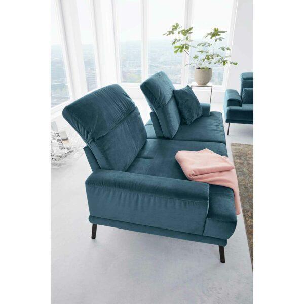 Musterring MR 4580 Sofa mit Bezug Velvet blue-grey zeigt Sitztiefenverstellung als Wohnbeispiel.