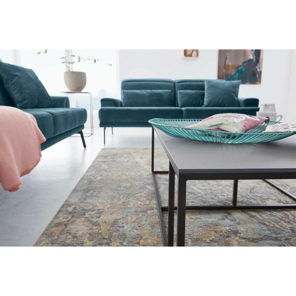 Musterring MR 4580 Sofa mit Bezug Velvet blue-grey als Wohnbeispiel.