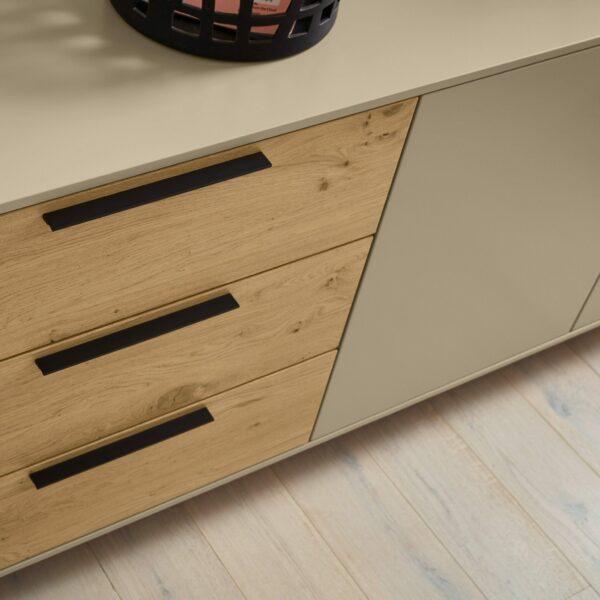 Musterring Kara Frame Sideboard aus Asteiche und Lack cashmere – Detail Auszüge