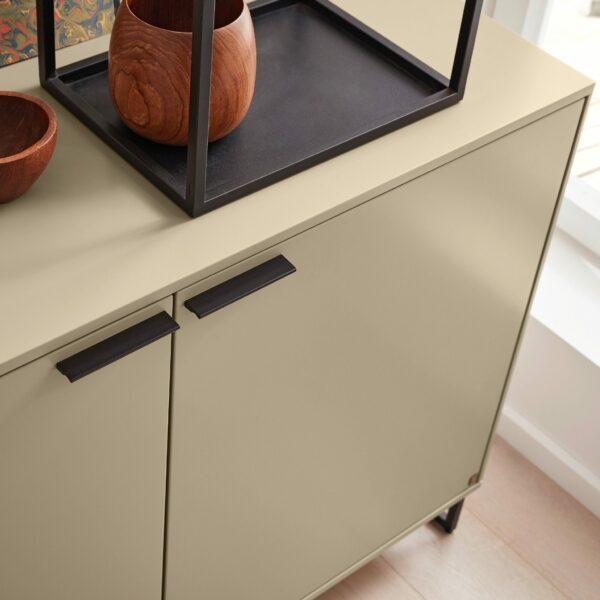 Musterring Kara Frame Sideboard aus Asteiche und Lack cashmere – Detail Kante