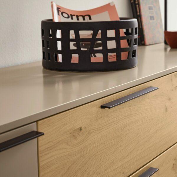 Musterring Kara Frame Sideboard aus Asteiche und Lack cashmere – Detail Deckplatte
