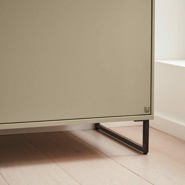 Musterring Kara Frame Sideboard aus Asteiche und Lack cashmere – Detail Kufe