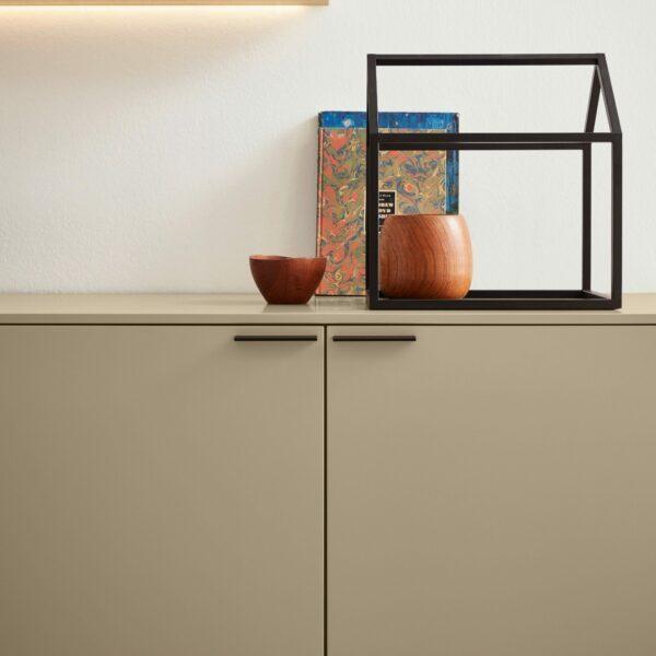 Musterring Kara Frame Sideboard aus Asteiche und Lack cashmere – Impression