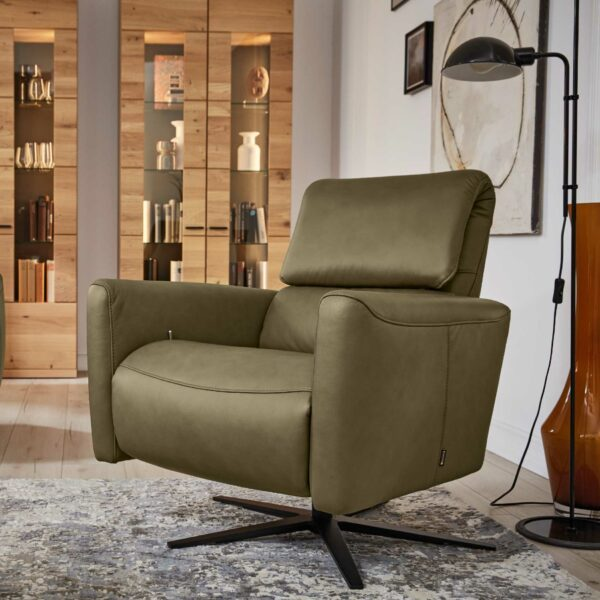 Musterring MR 261 Relaxsessel Bezug Leder Vivre moos mit 5-Sternfuß schwarz – Wohnbeispiel