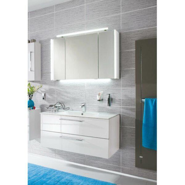 puris Fresh Badprogramm mit Waschtisch, Unterschrank, Spiegel und Handtuchhalter als Wohnbeispiel.