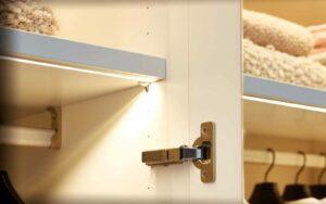 RMW Smart Living: Beleuchtung im Kleiderschrank