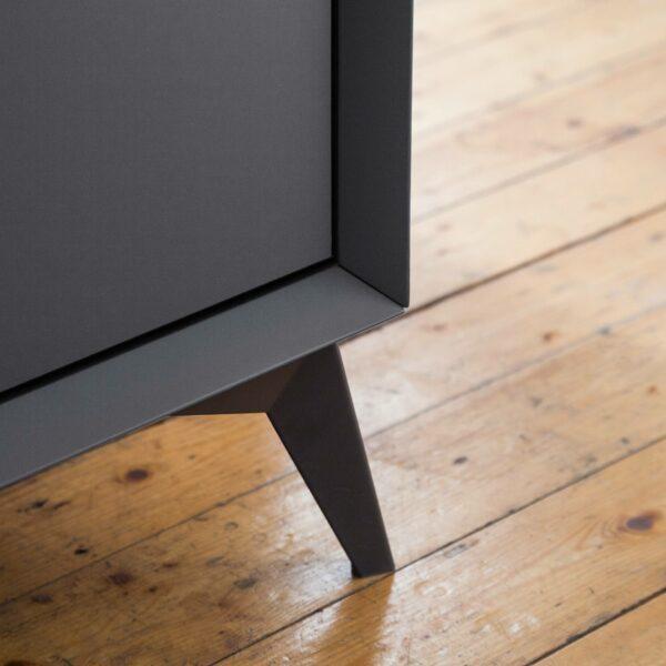 Trendstore Medina Möbelserie in Detailansicht der Füße.