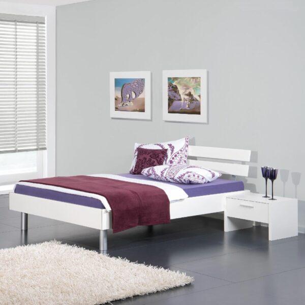 Trendstore Neuchatel Bett in weiß mit runden Füßen und Kopfteil als Wohnbeispiel.